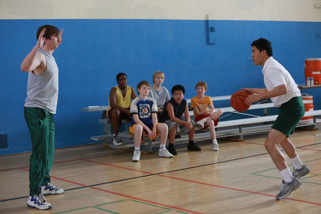 Louis (Randall Park, r.) soll das Basketballteam von Eddie (Hudson Yang, 3.v.r.) coachen, da er sich bis jetzt noch nie an außerschulischen Aktivitä... - Bildquelle: 2015 American Broadcasting Companies. All rights reserved.