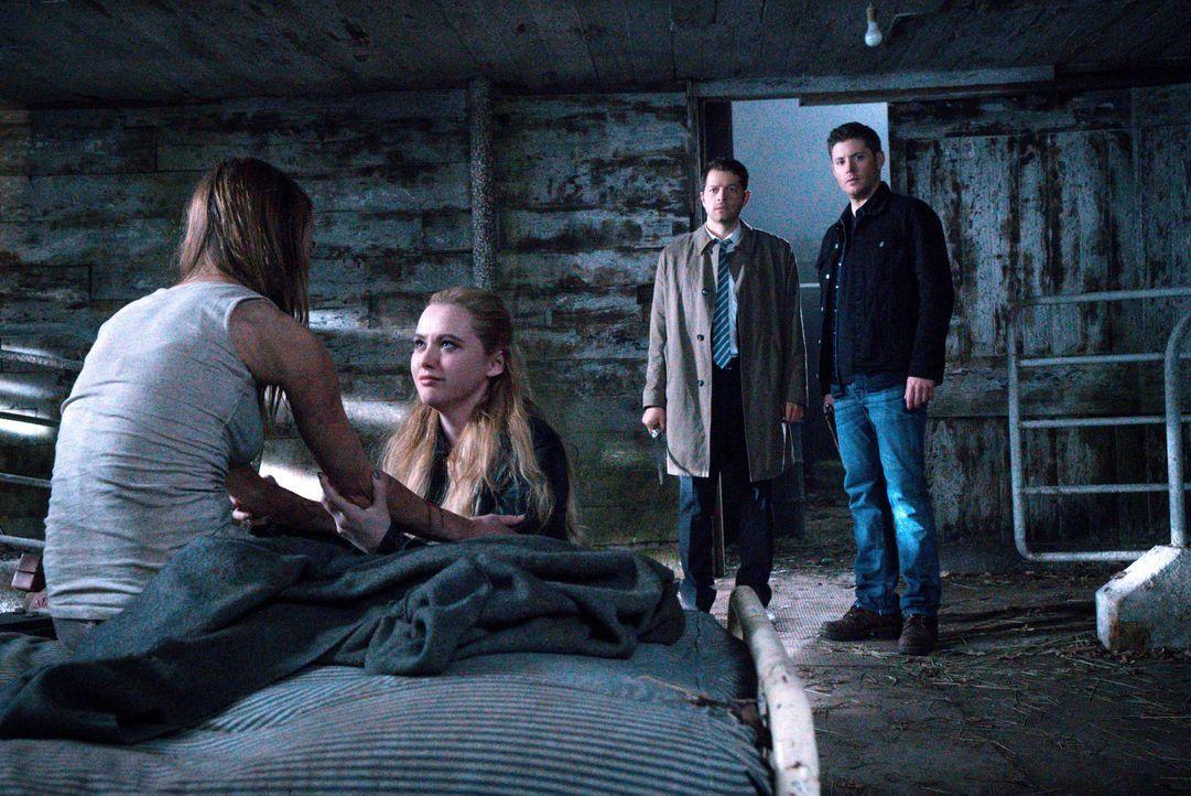 Als Claire (Kathryn Newton, 2.v.l.) endlich eine Spur ihrer Mutter Amelia (Leisha Hailey, l.) findet, schalten sich Castiel (Misha Collins, 2.v.r.),... - Bildquelle: 2016 Warner Brothers