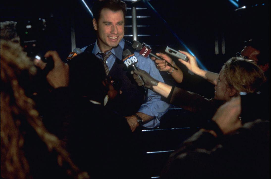 Voller Wut muss FBI-Agent Sean Archer im Gefängnis erleben, wie sich der Terrorist Castor Troy (John Travolta), der sich in seinem Körper befindet,... - Bildquelle: Touchstone Pictures