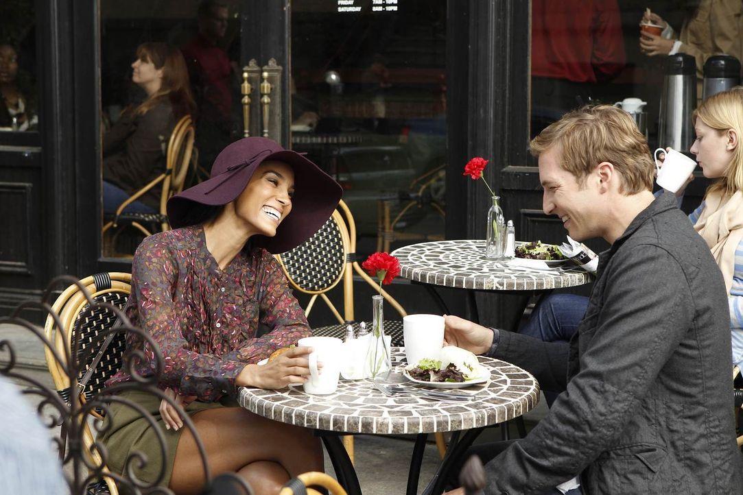 Ben (Ryan Hansen, r.) lernt Kat (Brooklyn Sudano, l.) kennen und verliebt sich in sie, doch ihn nervt gewaltig, dass sie zu jeder Gelegenheit einen... - Bildquelle: NBC Universal, Inc.