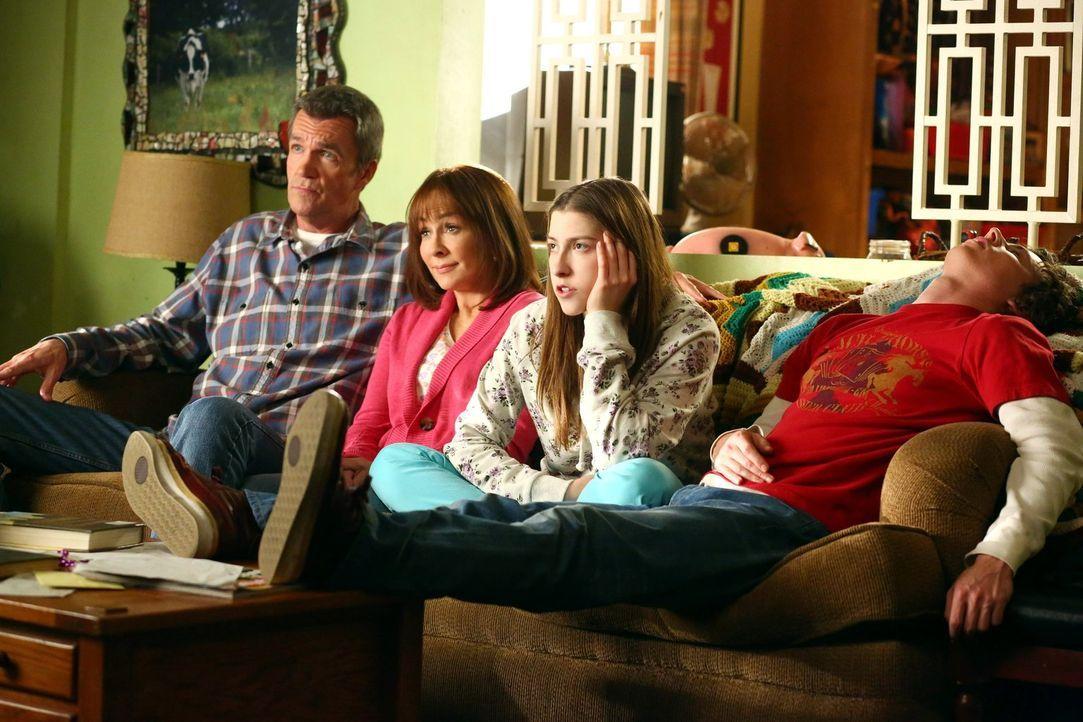 (v.l.n.r.) Frankie (Patricia Heaton); Mike (Neil Flynn); Sue (Eden Sher); Axl (Charlie McDermott) - Bildquelle: Warner Brothers
