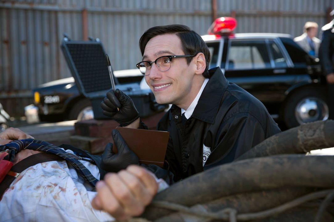 Sucht am Tatort nach Hinweisen, um einen Mordfall zu lösen: Edward Nygma (Cory Michael Smith) ... - Bildquelle: Warner Bros. Entertainment, Inc.