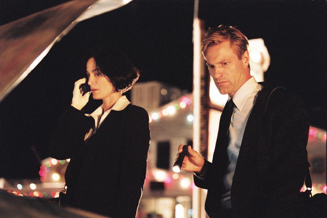 Zufällig finden der FBI-Agent Thomas Mackelway (Aaron Eckhart, r.) und seine Partnerin Fran Kulok (Carrie-Anne Moss, l.) heraus, dass eine Reihe von... - Bildquelle: 2006 Sony Pictures Television International