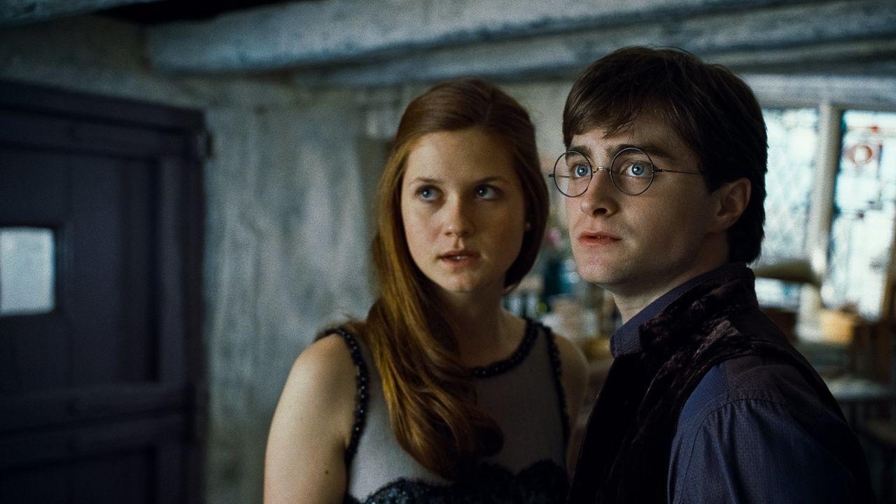 Ginny (Bonnie Wright, l.) und Harry (Daniel Radcliffe, r.) werden voneinander getrennt, als die Todesser ihr sichergeglaubtes Versteck angreifen ... - Bildquelle: 2010 Warner Bros.