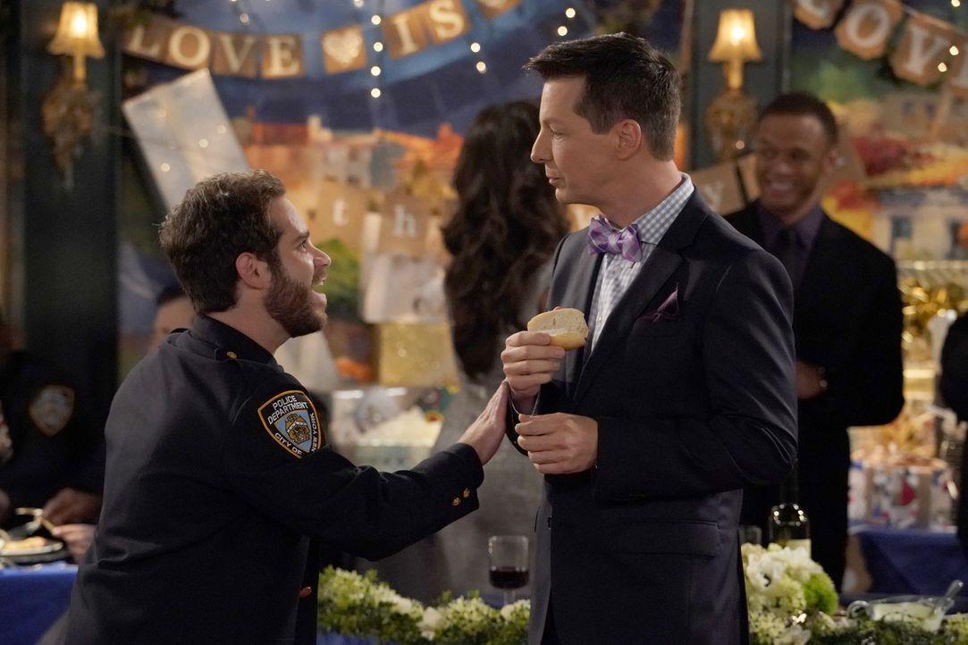 Auf der Hochzeit eines alten Bekannten trifft Jack (Sean Hayes, r.) auf den attraktiven Drew (Ryan Pinkston, l.), doch dieser hütet ein pikantes Geh... - Bildquelle: ProSieben (Komm./PR) 2017 NBCUniversal Media, LLC