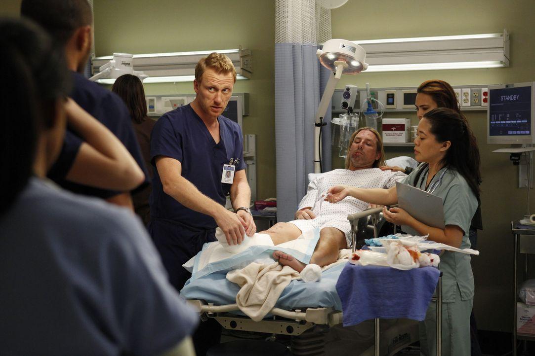 Cristina und Owen (Kevin McKidd, l.) sind nach wie vor unentschlossen bezüglich ihrer anstehenden Scheidung, während Bailey um Adeles Leben kämpf... - Bildquelle: ABC Studios