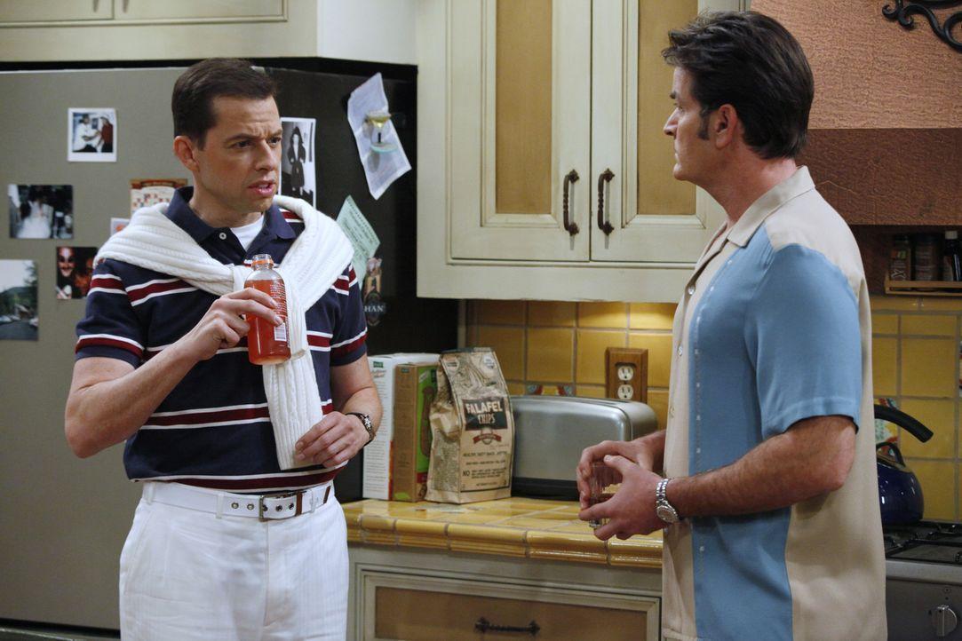 Alan (Jon Cryer, l.), Jake und Berta verlieben sich sofort in Gail, doch Charlie (Charlie Sheen, r.) hat Angst, Chelsea untreu zu werden, wenn er mi... - Bildquelle: Warner Bros. Television