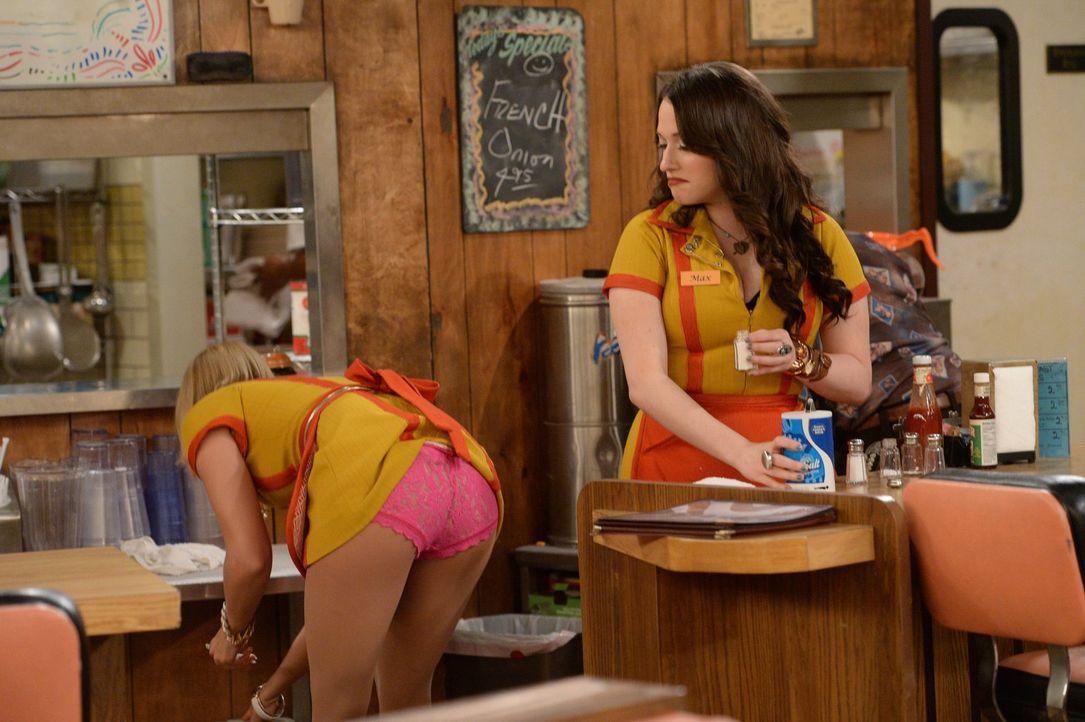 Ob Caroline (Beth Behrs, l.) mit freizügigen Einblicken die Kunden zurück in ihren Cupcake-Shop locken kann? Nachdem sie und Max (Kat Dennings, r.)... - Bildquelle: Warner Brothers