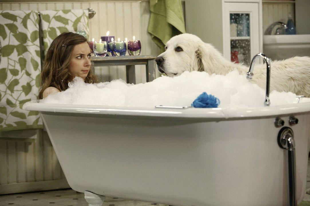 Was ist nur mit Dee Dee (Lauren Lapkus) los? - Bildquelle: Warner Bros. Television