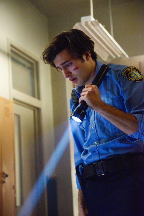 Als Junior (Alexander Koch) eine grausame Entdeckung macht, beginnt er an sich selber zu zweifeln ... - Bildquelle: Brownie Harris 2014 CBS Broadcasting Inc. All Rights Reserved.