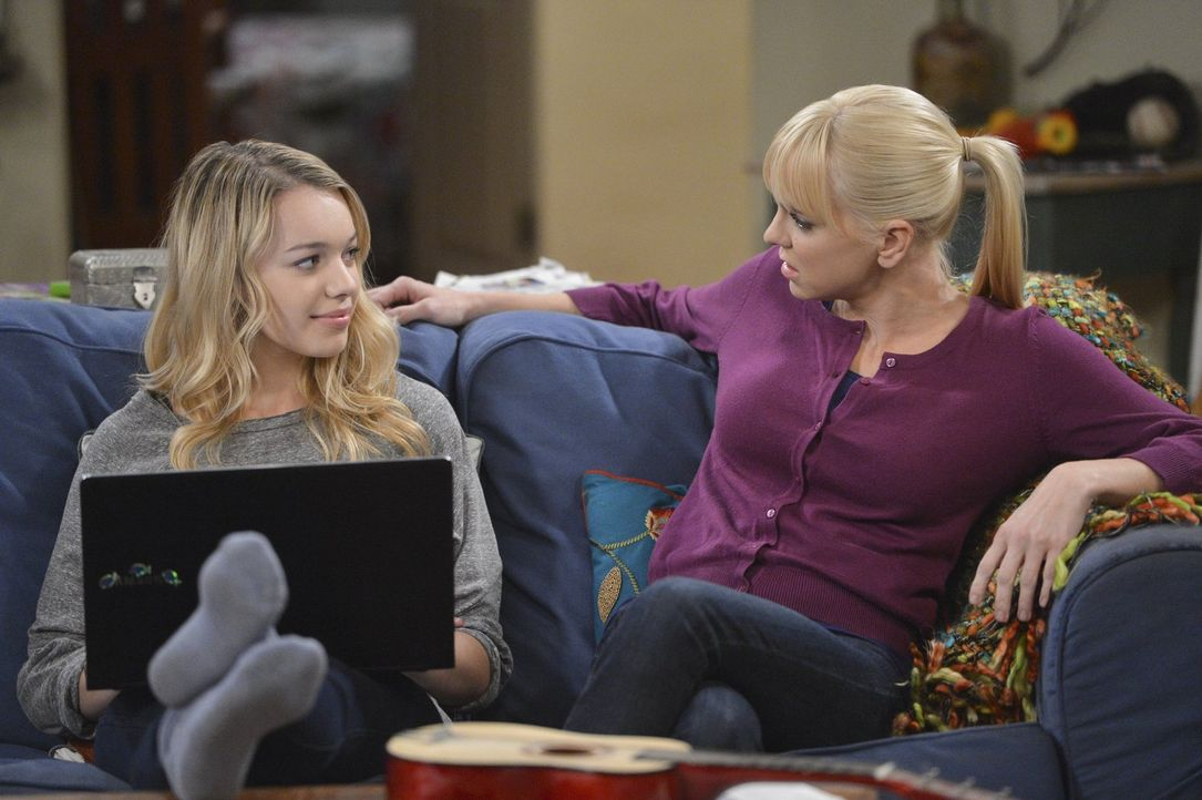 Kann Voilet (Sadie Calvano, l.) Christy (Anna Faris, r.) helfen, von ihrem Kellnerjob weg zu kommen? - Bildquelle: Warner Bros. Television