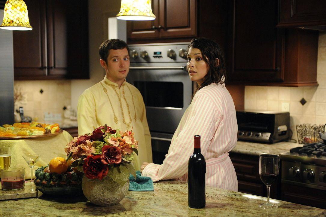 Kristen (Dorian Brown, r.) plant für ihren Chef Dr. Ramos eine Gartenparty auszurichten. Ryan (Elijah Wood, l.), der Schulden bei ihr hat, muss wohl... - Bildquelle: 2011 FX Networks, LLC. All rights reserved.