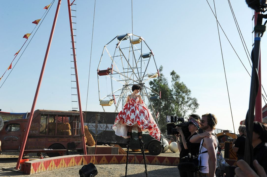 GNTM-Stf10-Epi13-Circus-Shooting-47-Katharina-ProSieben-Micah-Smith - Bildquelle: ProSieben/ Micah Smith