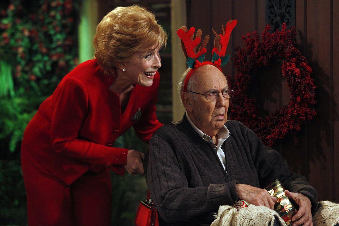 Zum Fest der Liebe, bringt Evelyn (Holland Taylor, l.) Marty (Carl Reiner, r.) mit, da sie sich dadurch ein gutes Immobiliengeschäft erhofft ... - Bildquelle: Warner Brothers