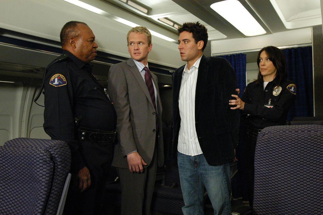 Da sich Barney (Neil Patrick Harris, 2.v.l.) und Ted (Josh Radnor, 2.v.r.) am New Yorker Flughafen verdächtig benommen hatten, werden sie festgenom... - Bildquelle: 20th Century Fox International Television