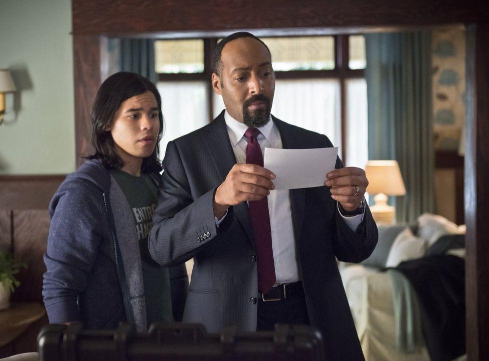 Ist es wirklich eine gute Idee, dass Joe (Jesse L. Martin, r.) Cisco (Carlos Valdes, l.) damit beauftragt, für ihn den Mord an Barrys Mutter zu unte... - Bildquelle: Warner Brothers.