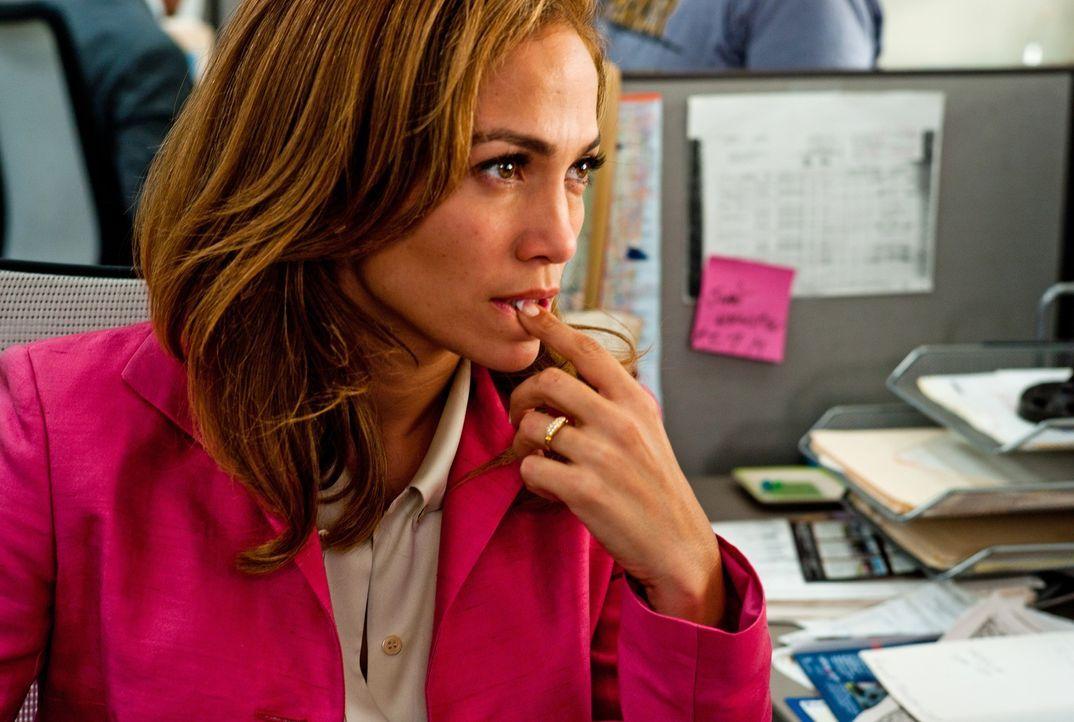 Da Leslie (Jennifer Lopez) einfach keine Kunden an Land gewinnt, klaut sie bei ihrer arroganten Kollegin. Doch was ihr in die Hände fällt, entpuppt... - Bildquelle: Jack English 2013 Constantin Film Verleih GmbH