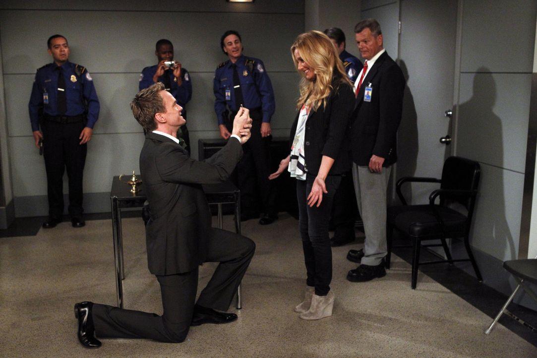 Barney (Neil Patrick Harris, vorne l.) macht  mittels eines Zaubertricks Quinn (Becki Newton, vorne r.) einen Heiratsantrag. Doch wie wird sie darau... - Bildquelle: 20th Century Fox International Television
