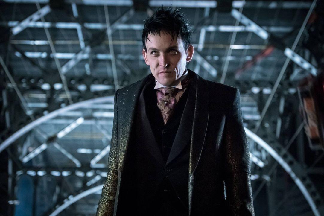 Ahnt nicht, dass er bald auf eine gute alte Bekannte stoßen wird: Penguin (Robin Lord Taylor) ... - Bildquelle: Warner Brothers