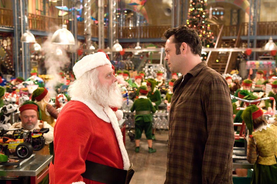 Fred Claus (Vince Vaughn, r.) hat es schwer - sein jüngerer Bruder Nicholas (Paul Giamatti, l.) ist ein Heiliger. Leider hat er außerdem bei ihm S... - Bildquelle: Warner Brothers