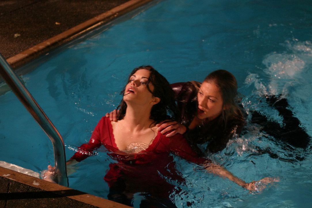 Ein Kampf auf Leben und Tod entbrennt zwischen Daisy (Miriam McDonald, r.) und Azalea (Shawna Waldron, l.) ... - Bildquelle: 2008   Warner Brothers