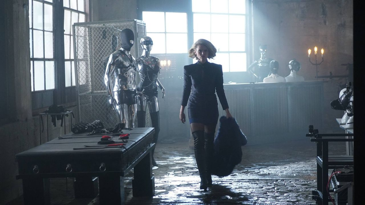 Als Barbara (Erin Richards) erfährt, dass Penguin in Edward Nygma verliebt ist, werden einige Unklarheiten bezüglich Isabellas Tod beseitigt, währen... - Bildquelle: Warner Brothers
