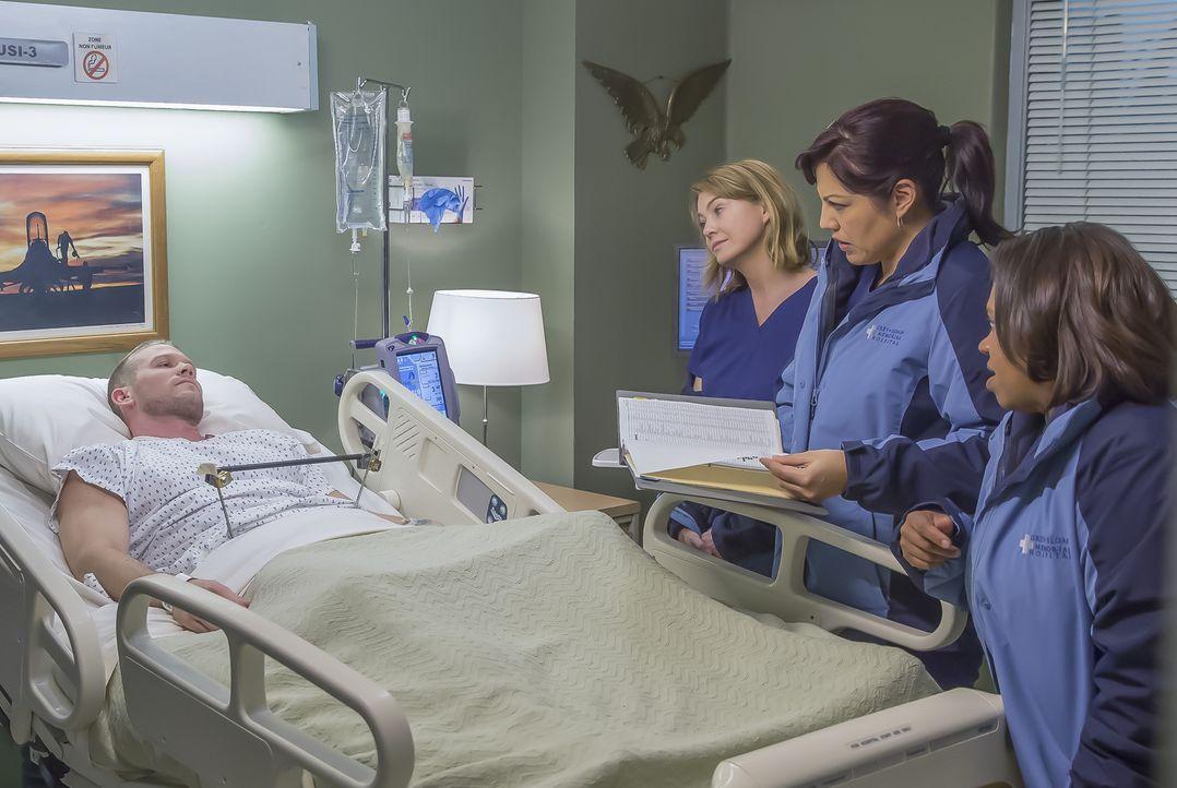 Meredith (Ellen Pompeo, 2.v.l.), Bailey (Chandra Wilson, r.), Jackson, Callie (Sara Ramirez, 2.v.r.) und Jo machen sich auf den Weg zu einer Militär... - Bildquelle: Ron Batzdorff ABC Studios