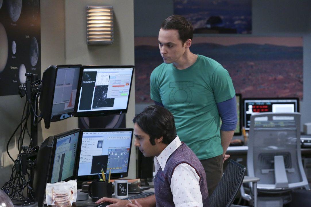 Ein unentdeckter Planet? Raj (Kunal Nayyar, l.) und Sheldon (Jim Parsons, r.) scheinen eine bahnbrechende Entdeckung gemacht zu haben, alles Dank Sh... - Bildquelle: 2015 Warner Brothers