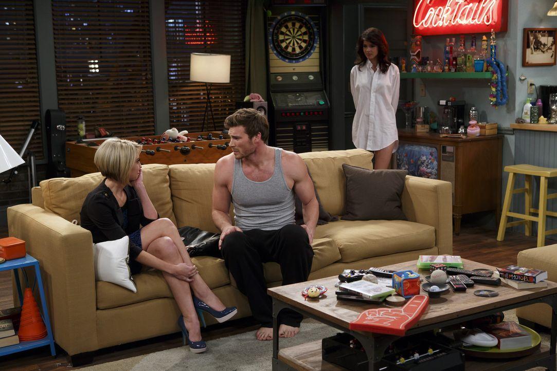 Danny (Derek Theler, M.) und seine neue Freundin Milena (Maria Zyrianova, r.) haben jede Menge Spaß miteinander, während Bonnie versehentlich eine S... - Bildquelle: Bruce Birmelin ABC Family