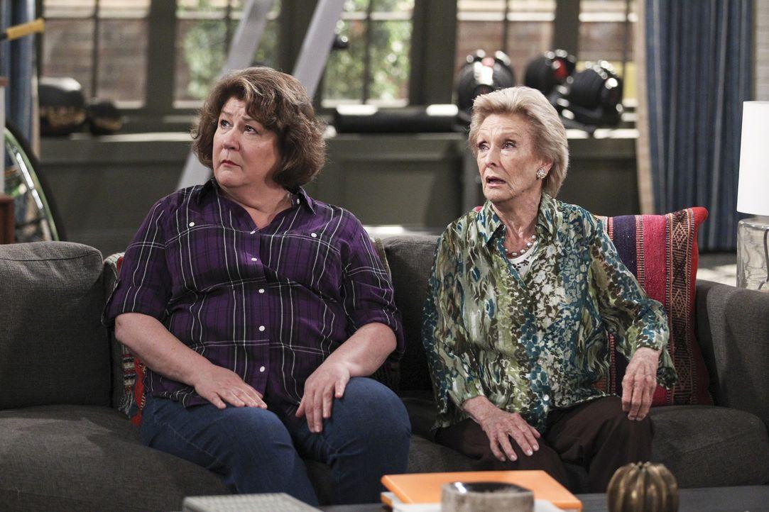Carols Tante Louise (Cloris Leachman, r.) kommt für eine Woche aus Arizona zu Besuch, da sie auf eine Beerdigung muss. Leider ist die alte Dame scho... - Bildquelle: 2014 CBS Broadcasting, Inc. All Rights Reserved.