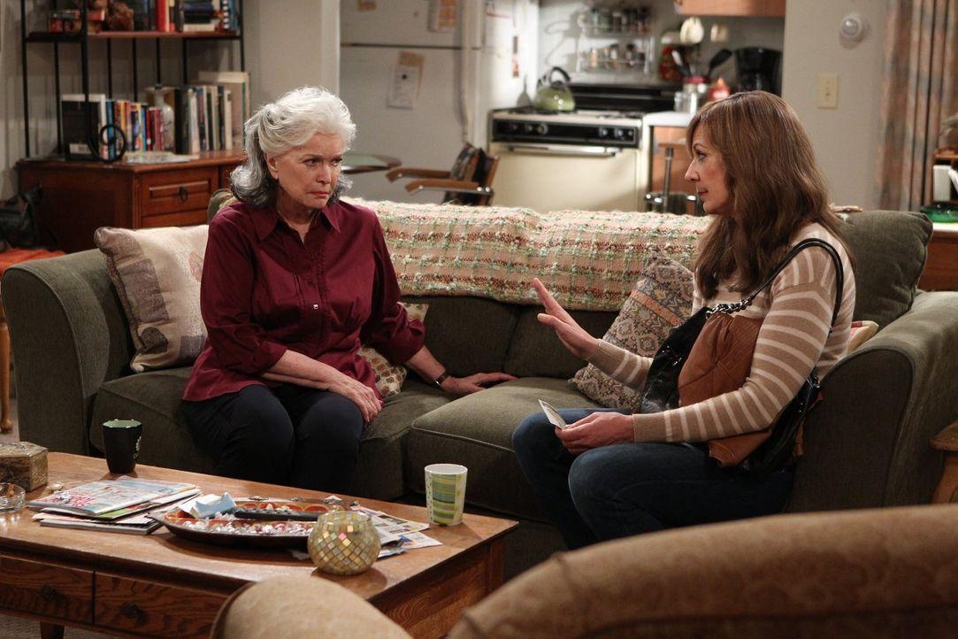 Bonnie (Allison Janney, r.) ist nicht bereit, ihre Mutter Shirley (Ellen Burstyn, l.) einfach so wieder in ihr Leben zu lassen, nachdem diese sie al... - Bildquelle: 2015 Warner Bros. Entertainment, Inc.