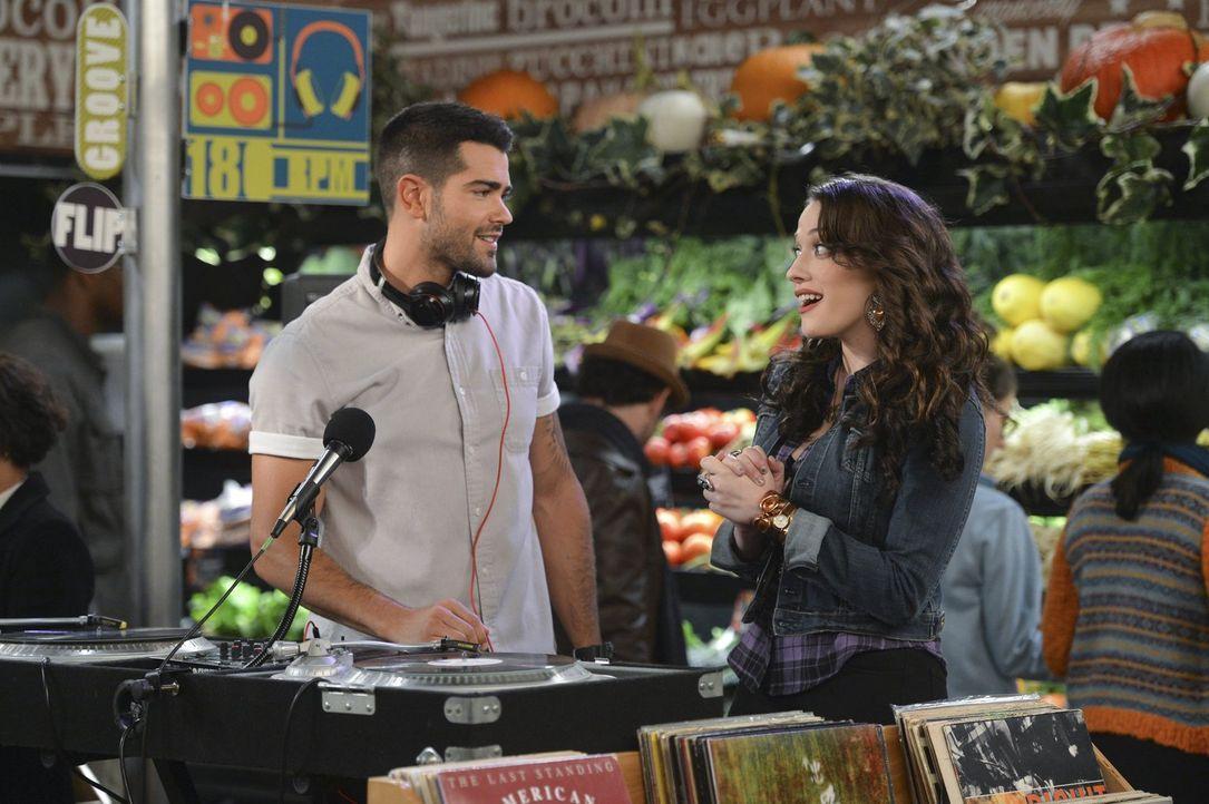 Als Max (Kat Dennings, r.) ihr Dienstags-Date Sebastian (Jesse Metcalfe, l.) in einem Supermarkt trifft, ist sie geschockt, was er dort arbeitet ... - Bildquelle: Warner Bros. Television