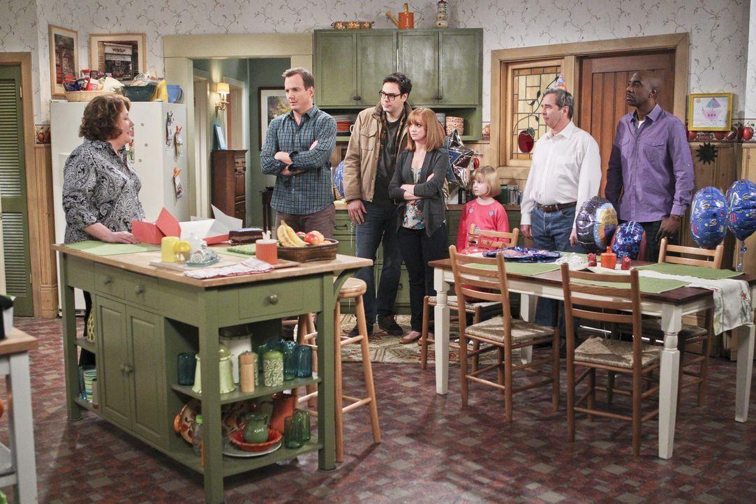 Wie ein Fuchs ist Carol (Margo Martindale, l.) kurz vor ihrem Geburtstag. Für Nathan (Will Arnett, 2.v.l.), Adam (Nelson Franklin, 3.v.l.), Debbie (... - Bildquelle: 2013 CBS Broadcasting, Inc. All Rights Reserved.