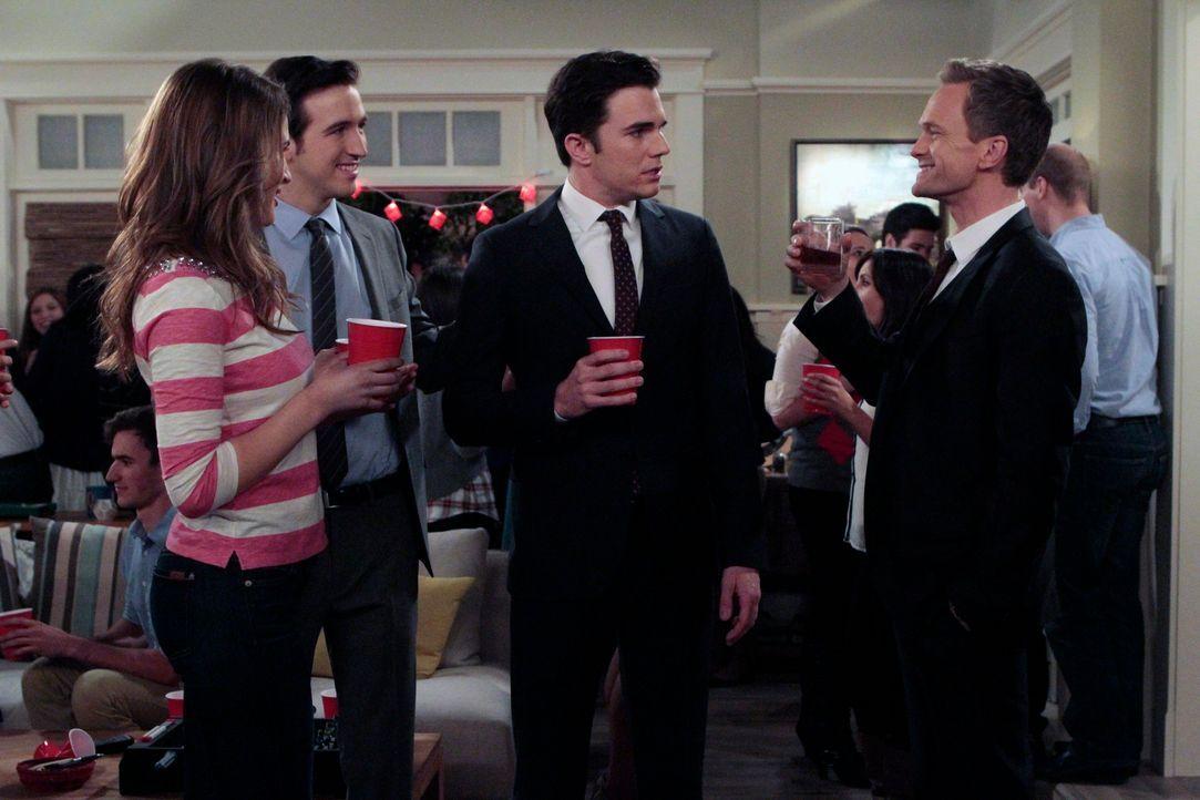 Barney (Neil Patrick Harris, r.) zeigt seinen neuen Freunden Justin (Brian McElhaney, 2.v.l.) und Kyle (Nick Kocher, 2.v.r.), wie ein Mann richtig f... - Bildquelle: 2014 Twentieth Century Fox Film Corporation. All rights reserved.