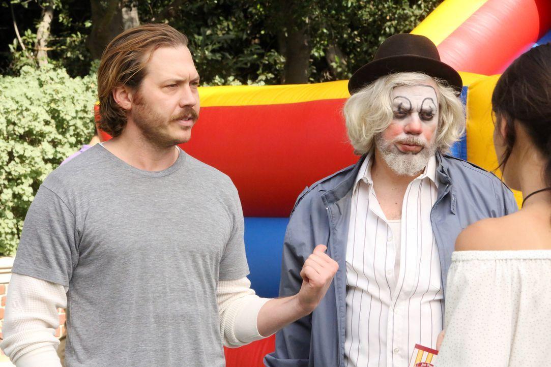 Jimmy (Scott MacAthur, l.) kann einfach nicht verstehen, warum niemand so richtig von seinem Clown (John Ennis, r.) begeistert ist ... - Bildquelle: 2017 Fox and its related entities.  All rights reserved.