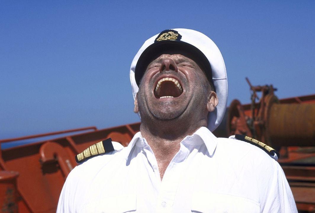"""Glaubt, die brisante Ladung endlich an den Mann gebracht zu haben: """"Kapitän Harris"""" (Klaus Löwitsch) ... - Bildquelle: ProSieben"""