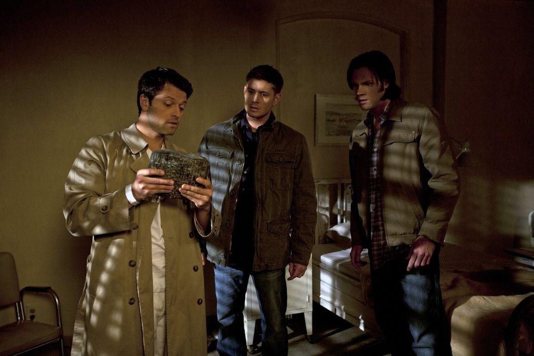 """Castiel (Misha Collins, l.) möchte Sam (Jared Padalecki, r.) und Dean (Jensen Ackles, M.) helfen, gegen die """"Engel"""" anzukommen. Diese denken, dass C... - Bildquelle: Warner Bros. Television"""