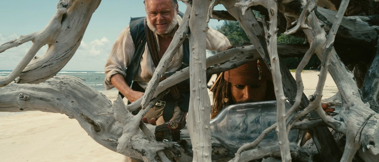 Auf der Suche nach der legendären Quelle der Jugend stehen Jack Sparrow (Johnny Depp, r.) und Gibbs (Kevin McNally, l.) erneut zwischen allen Fronte... - Bildquelle: WALT DISNEY PICTURES/JERRY BRUCKHEIMER FILMS.  All rights reserved