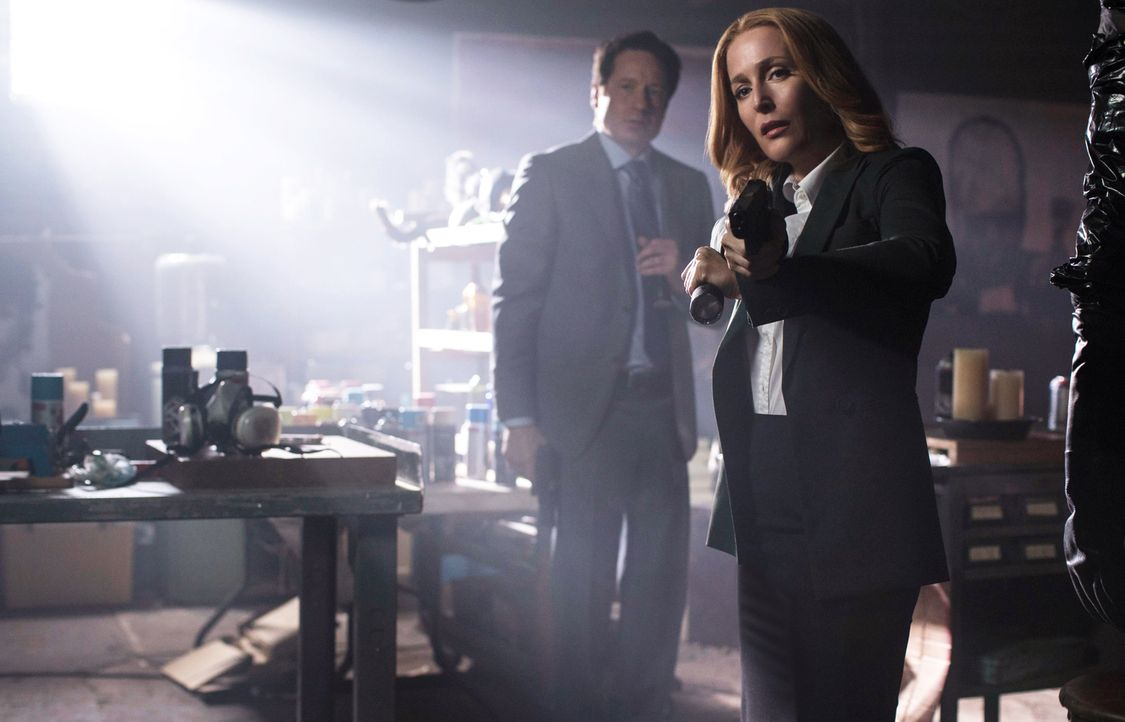 Die Umsiedlung von Obdachlosen läuft nicht wie geplant. Als Mulder (David Duchovny, l.) und Scully (Gillian Anderson, r.) zu einem grauenvollen Tato... - Bildquelle: 2016 Fox and its related entities.  All rights reserved.