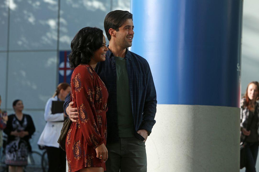 Während Gerald (Josh Peck, r.) Vanessa (Christina Milian, l.) einen Antrag machen will, beschließen Jimmy und Sara, es noch einmal miteinander zu ve... - Bildquelle: Jordin Althaus 2016 ABC Studios. All rights reserved.