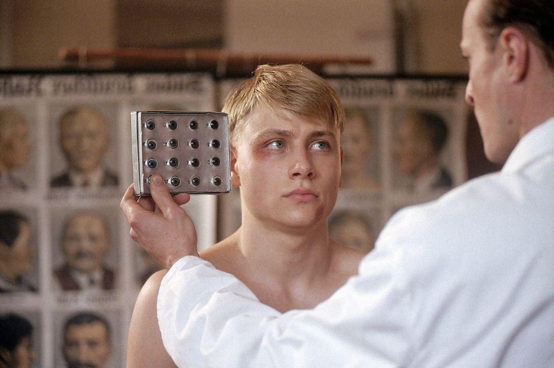 Im Kriegsjahr 1942 wird der 17-jährige Friedrich (Max Riemelt) bei einem Boxkampf von einem Sportlehrer der Napola Allenstein entdeckt. Friedrich b... - Bildquelle: Constantin Film