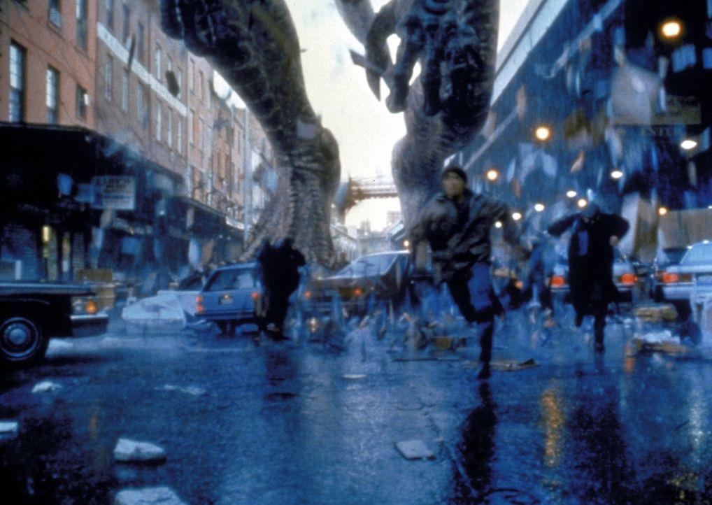 Die Soldaten haben mit ihren konventionellen Waffen keine Chance, das entfesselte Riesenvieh Godzilla unschädlich zu machen ... - Bildquelle: 1998 TriStar Pictures, Inc. All Rights Reserved.