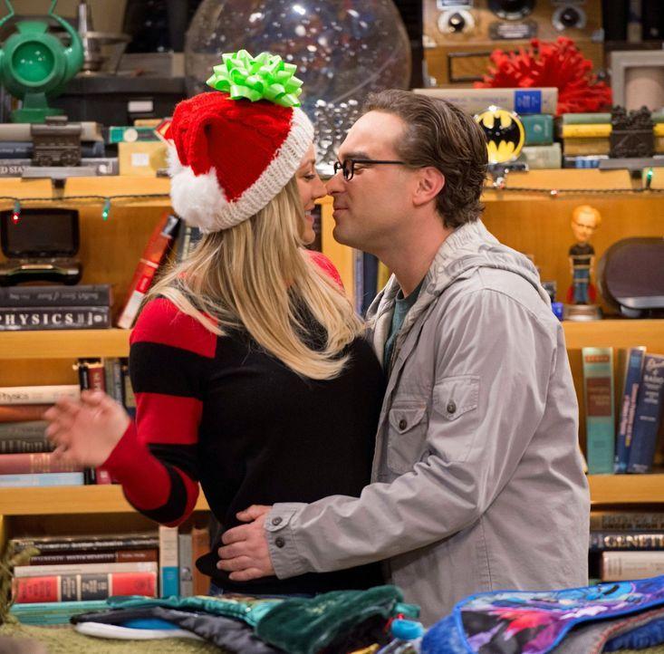 Stellen fest, dass sie ohne Sheldon nie zusammengekommen wären: Leonard (Johnny Galecki, r.) und Penny (Kaley Cuoco, l.) ... - Bildquelle: Warner Bros. Television