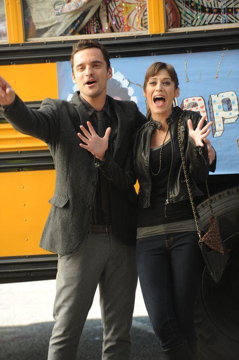 Nick (Jake M. Johnson, l.) hat eine neue Freundin, die Anwältin Julia (Lizzy Caplan, r.). Er versucht mit allen Mitteln, sie vor seinen Mitbewohner... - Bildquelle: 20th Century Fox