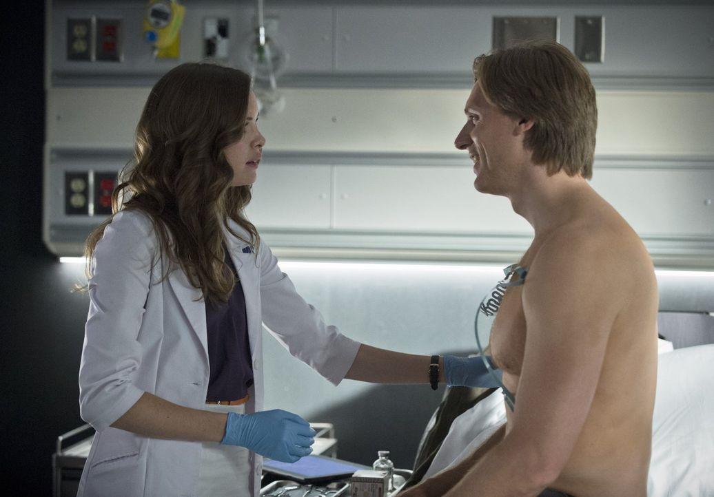 Caitlin (Danielle Panabaker, l.) macht einige Tests mit Jay Garrick (Teddy Sears, r.), um herauszufinden, ob er möglicherweise wirklich der Flash ei... - Bildquelle: 2015 Warner Brothers.