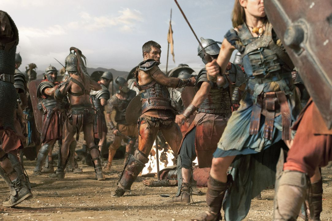 Um diejenigen, die nicht kämpfen können, in die Sicherheit jenseits der Berge schicken zu können, wagt Spartacus (Liam McIntyre, M.) das schier Unmö... - Bildquelle: 2012 Starz Entertainment, LLC. All rights reserved.