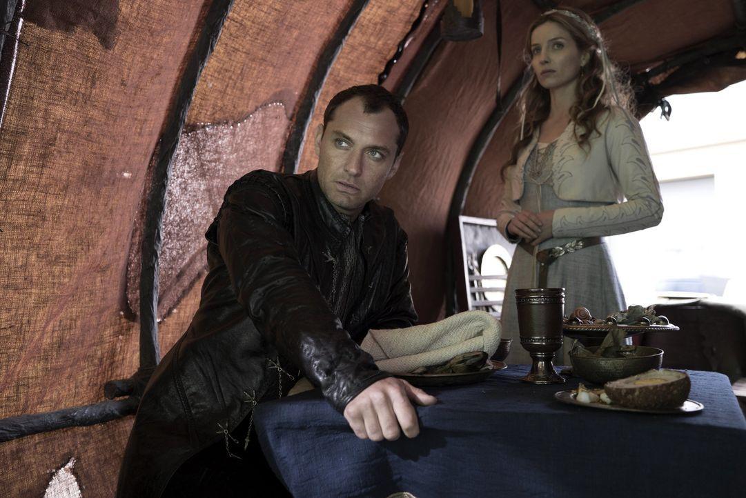Vortigern (Jude Law, l.); Maggie (Annabelle Wallis, r.) - Bildquelle: Warner Bros.