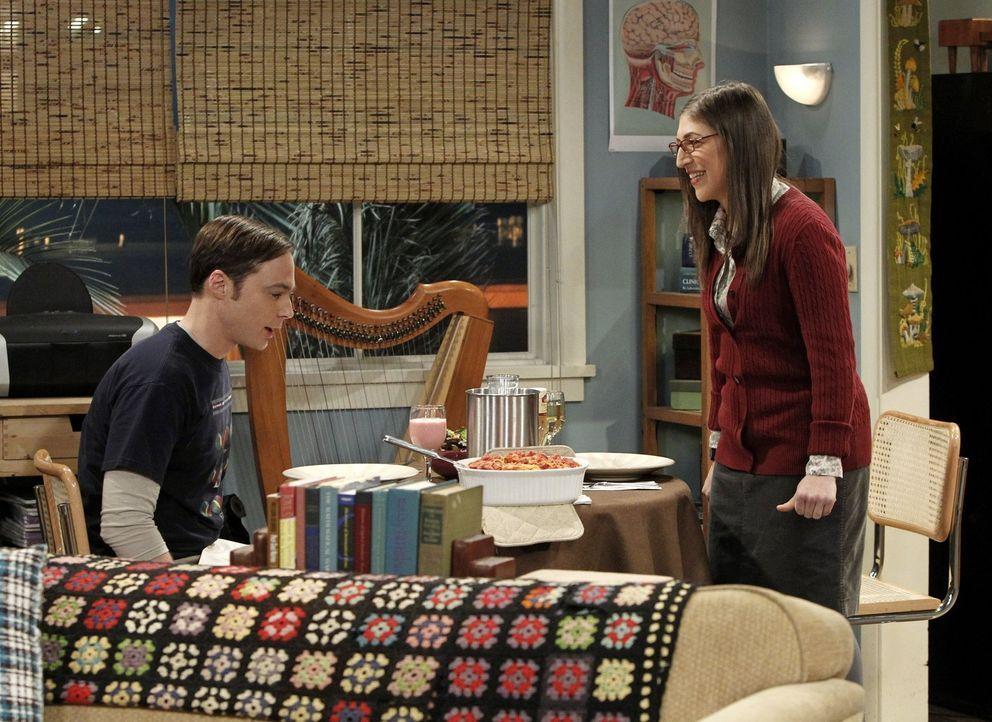 Während Amy (Mayim Bialik, r.) das Tempo ihrer Beziehung anziehen möchte und Sheldon (Jim Parsons, l.) zu sich einlädt, sagt  Leonard etwas zu Penny... - Bildquelle: Warner Bros. Television