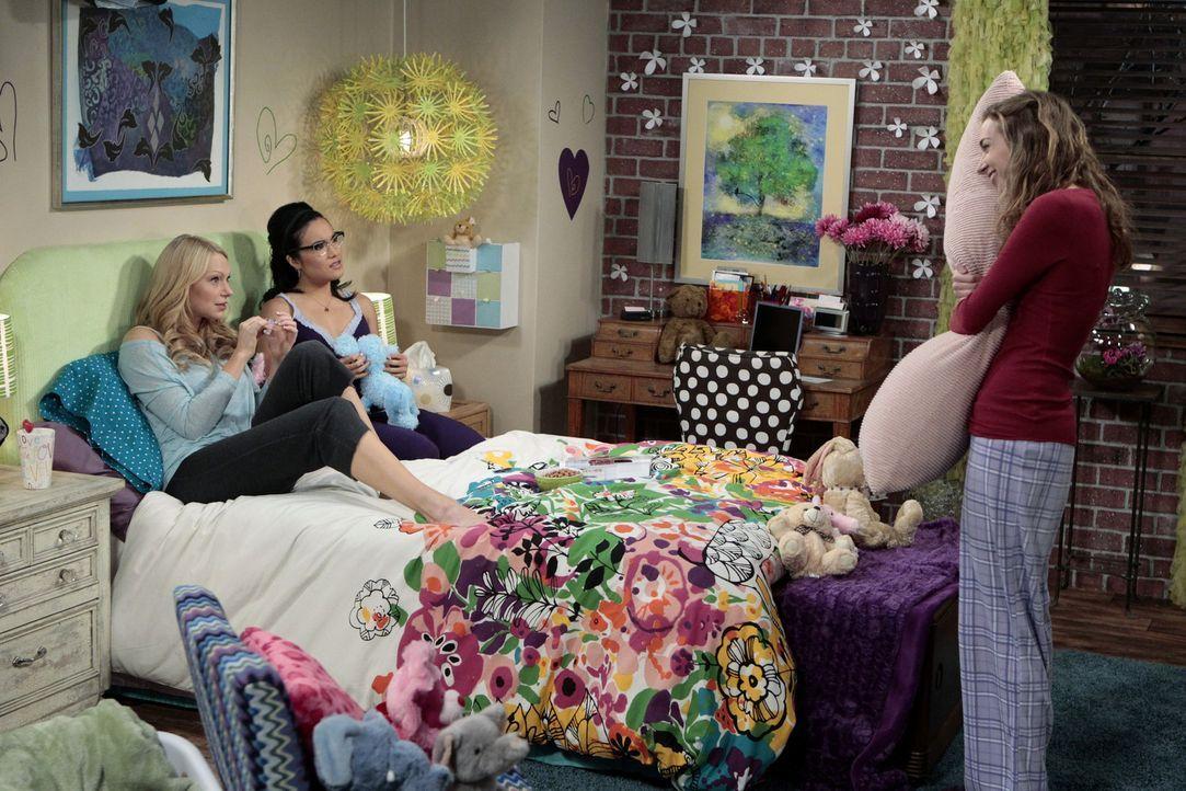 """Als Dee Dee (Lauren Lapkus, r.) Chelsea (Laura Prepon, l.) und Olivia (Ali Wong, M.) gesteht, dass sie ein Kissen hat, das """"Mario Lopez"""" heißt, kan... - Bildquelle: Warner Bros. Television"""