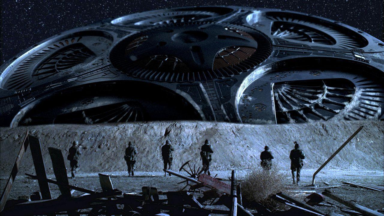 Gegenwart. Obwohl es der Armee gelingt, das Raumschiff abzuschießen, ist es urplötzlich wieder flugbereit ... - Bildquelle: TM &   DREAMWORKS LLC.All Rights Reserved